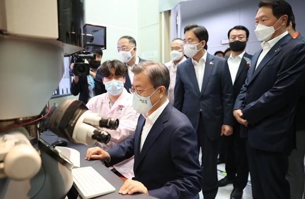 문재인 대통령, SK하이닉스 방문 … 소재·부품·장비 산업현장 점검